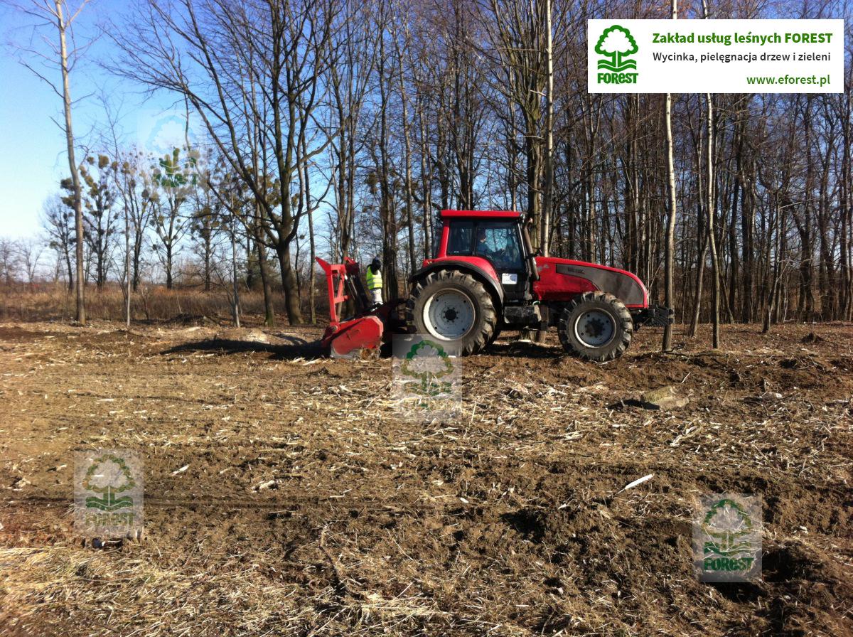 ciągnik rolniczy w trakcie prac rekultywacji gruntu