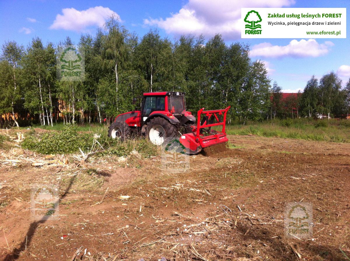 ciągnik z rekultywatorem przygotowuje teren pod budowę domu w Opolu